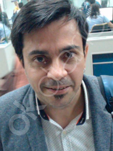Gerardo Pisarello, diputado de Podemos, en el control policial de migración del Aeropuerto de Viru Viru.