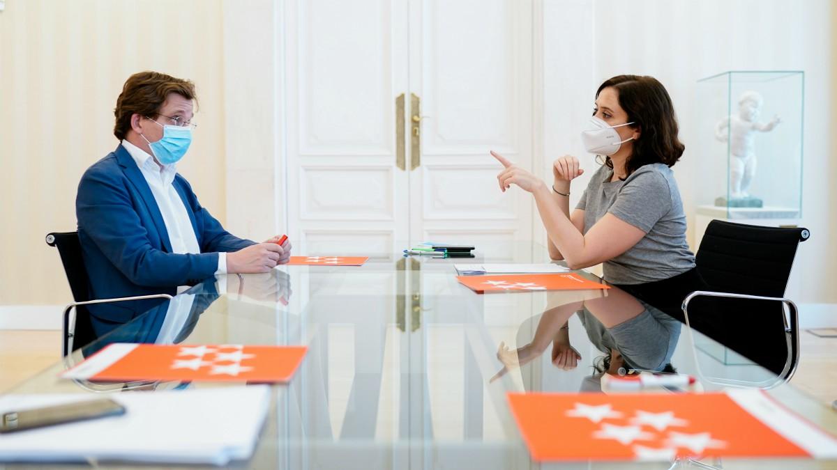 La presidenta de la Comunidad de Madrid, Isabel Díaz Ayuso, durante una reunión con el alcalde de Madrid, José Luis Martínez-Almeida.