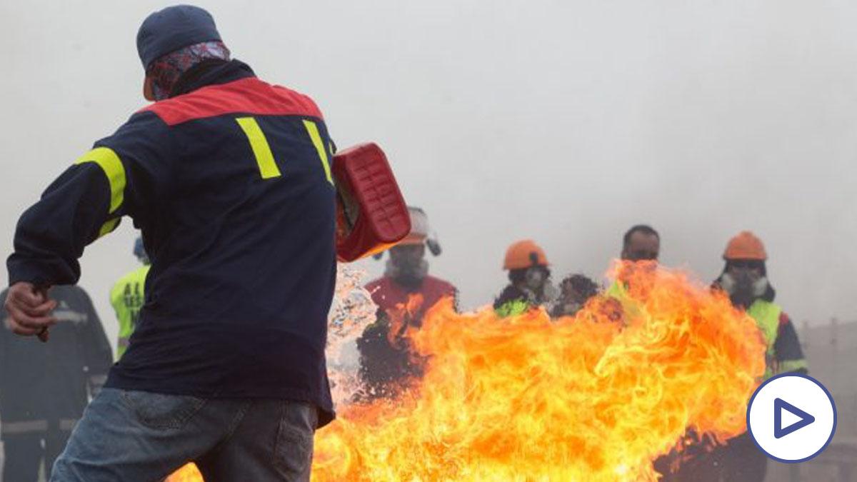Participantes en la manifestación del comité de empresa de Alcoa queman neumáticos, en Ribadeo (Lugo:Galicia) a 31 de mayo de 2020.