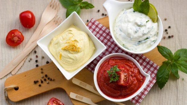 Gofres de garbanzo y salsa de yogur con ensalada de tomate