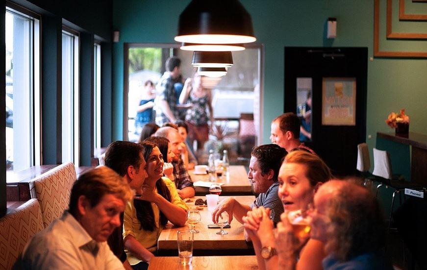 Personas reunidas en un restaurante.