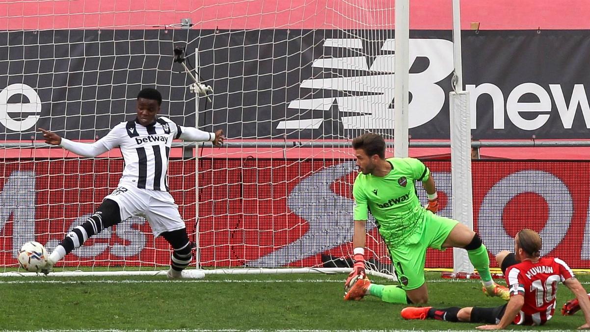 Muniain intenta hacer gol en el Athletic-Levante. (AFP)