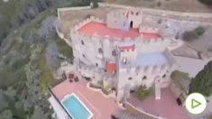 La policía desaloja una fiesta ilegal en un castillo.