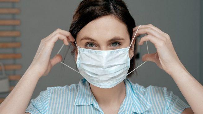 Esto es lo que hacemos mal con las mascarillas en España según un científico
