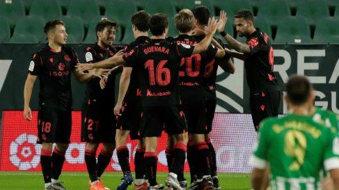Los jugadores de la Real Sociedad celebran un gol. (EFE)
