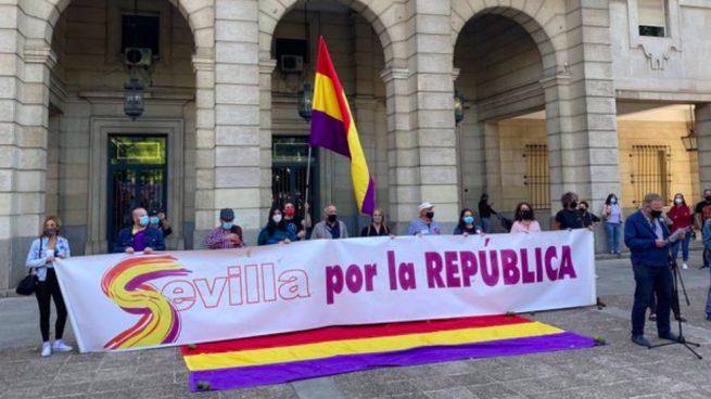 IU y PCE exigen eliminar el histórico 'Paseo Juan Carlos I' de Sevilla para llamarlo 'Paseo de la Sanidad Pública'.