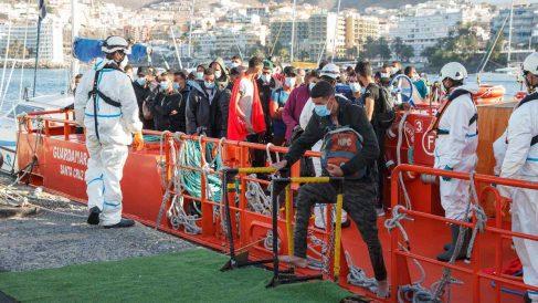 Trabajadores de Cruz Roja ayudan en el Muelle a trasladar a migrantes. Foto: EP