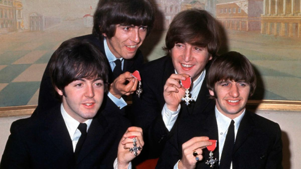 El 26 de octubre de 1965 The Beatles reciben la mención de la Orden del Imperio Británico
