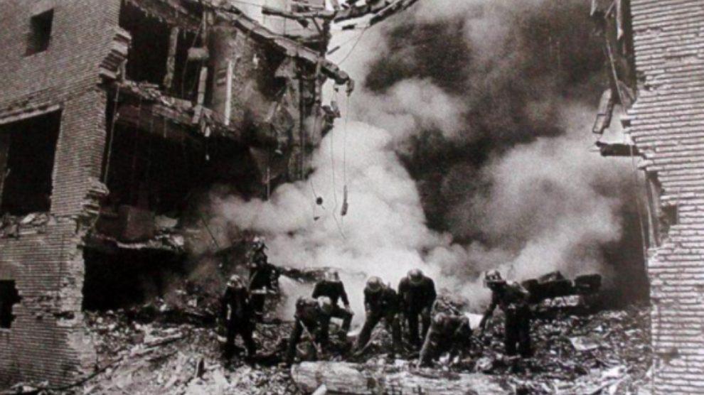 Destrozos provocados por la bomba de ETA en la casa cuartel de Zaragoza.