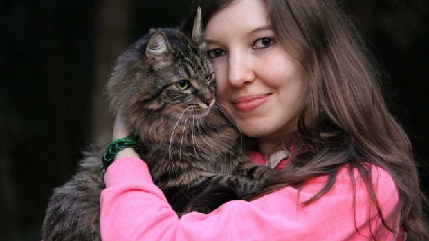 Chica con su gato