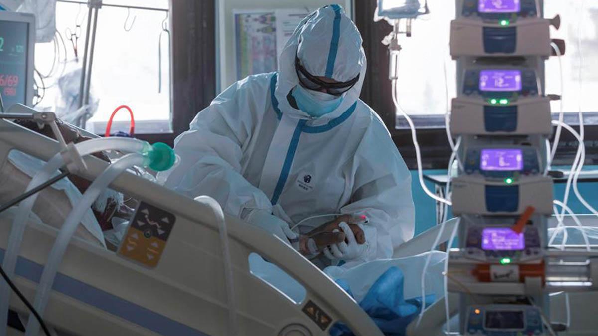 Un sanitario atiende a un paciente de Covid ingresado en la UCI.