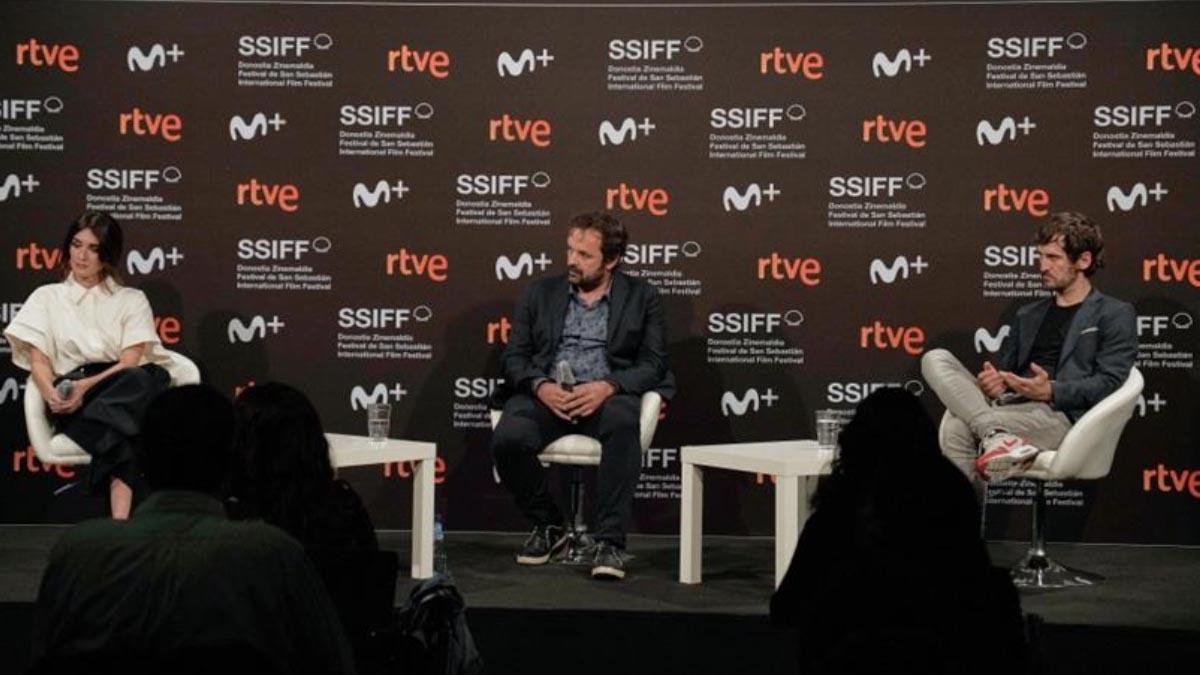 Paz Vega y Raúl Arévalo junto al director Iñaki Sánchez Arrieta presentan 'El lodo' en la última edición del Festival de Cine de San Sebastián.