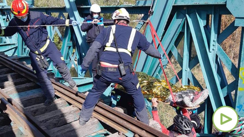 Los bomberos rescatan a un ciclista que se cae por un puente de Arganda.