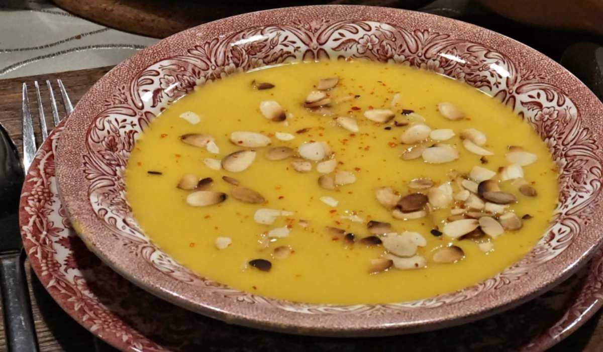 Receta de Crema de chirivía y manzana con frutos secos