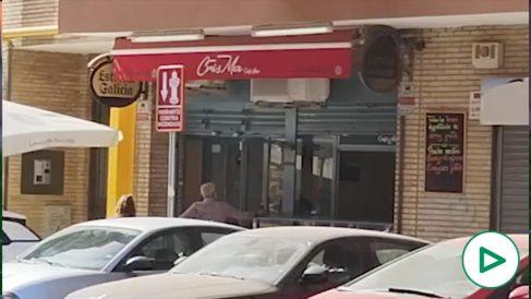 OKDIARIO en el bar de Sevilla que regentan los okupas de Sandra: se ponen chulos, intimidan y amenazan.
