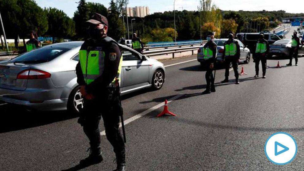 Control policial en el acceso a la capital. Foto: EP