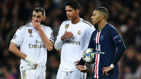 Kylian Mbappé charla con Benzema y Varane durante un partido de Champions League. (Getty)