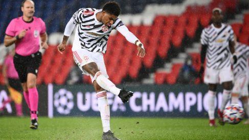 Rashford golpea el balón ante el PSG. (AFP)