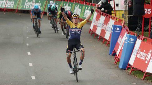 Roglic celebra el triunfo en Arrate. (EFE)