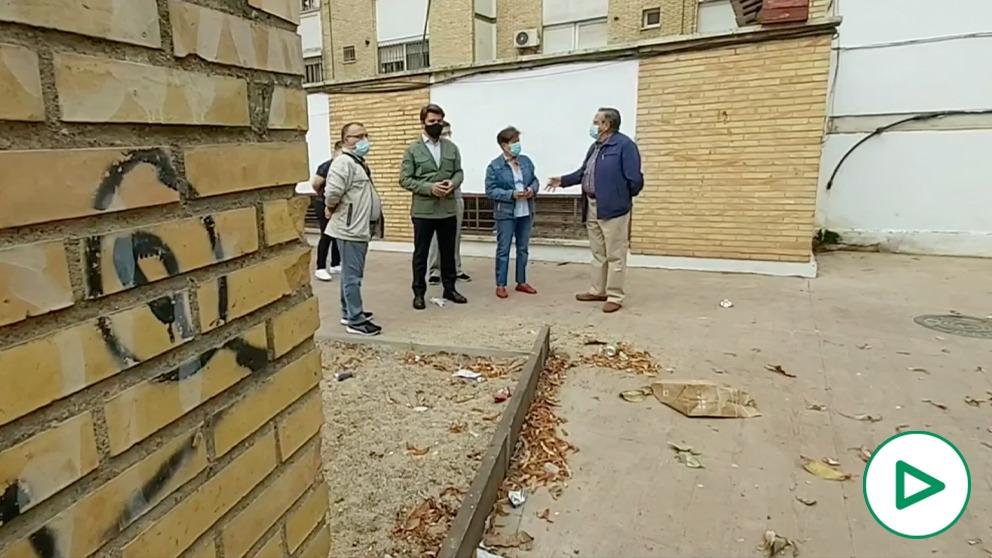 Reunión de Beltrán Pérez con vecinos de la barriada del Rocío (Sevilla).