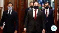 Santiago Abascal, junto a Ignacio Garriga, entrando al debate de la moción de censura presentada por Vox contra Pedro Sánchez