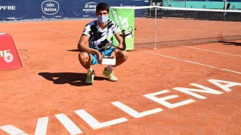 Carlos Alcaraz posa con el título en Villena