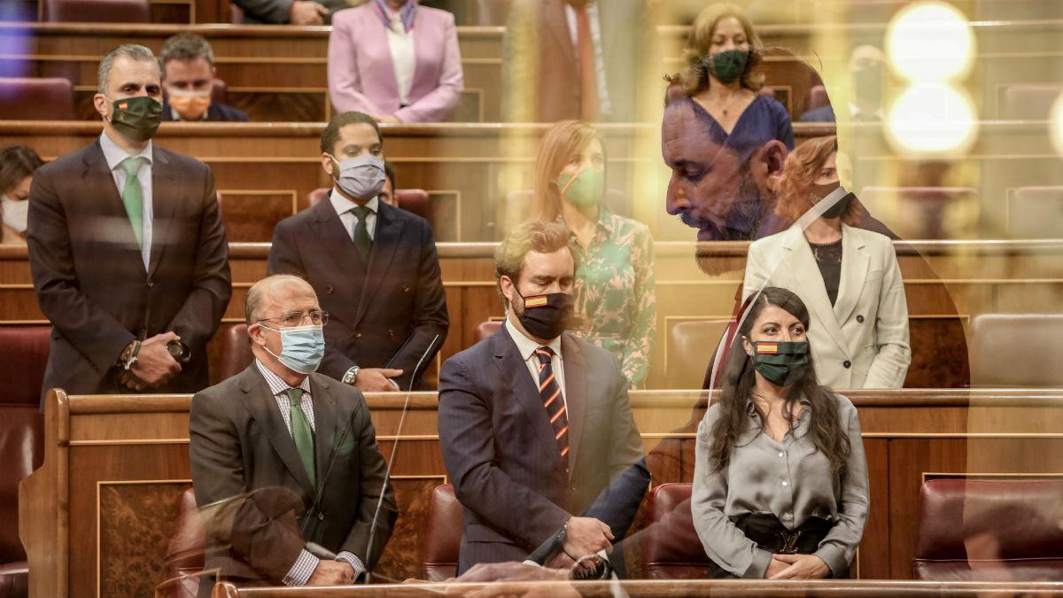 Los diputados de Vox escuchan en pie a Santiago Abascal nombrando a las 800 víctimas de ETA