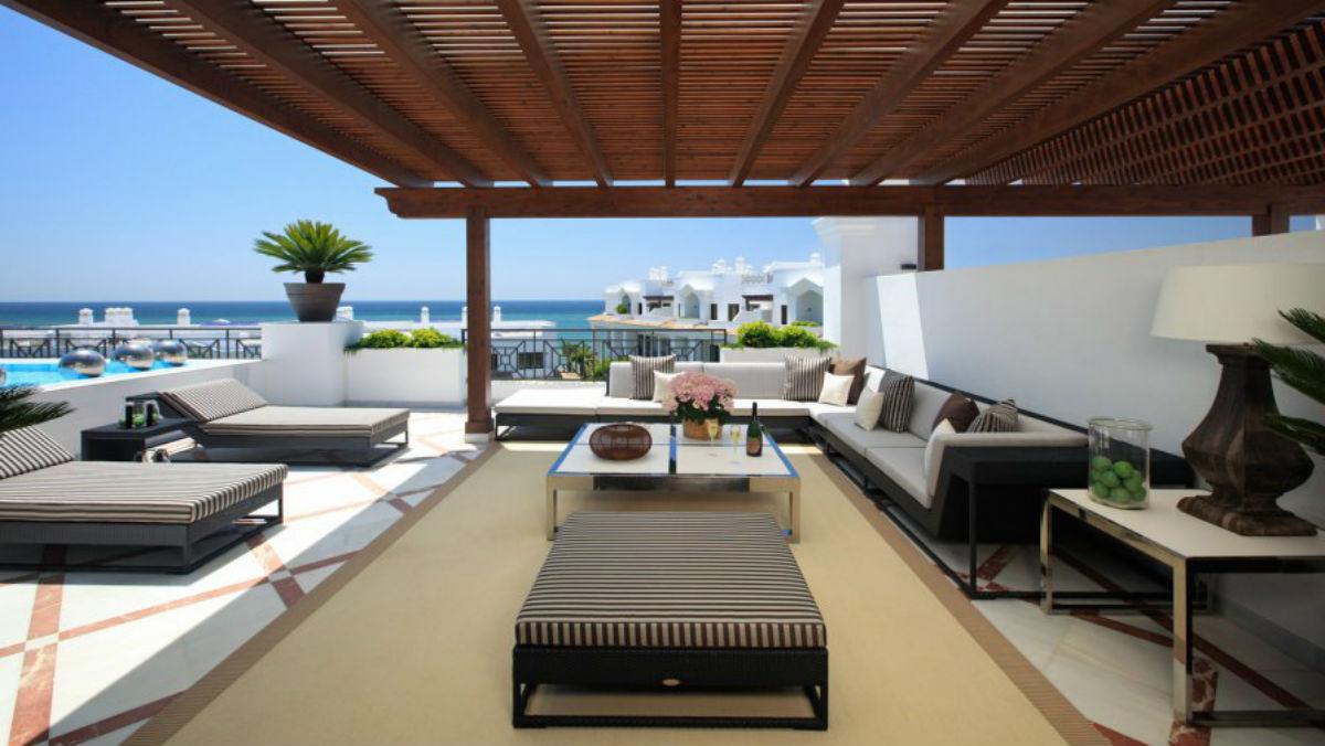La terraza con piscina de uno de los áticos del complejo Doncella Beach de Estepona, que se venden por más de un millón de euros, en una imagen publicada en la web de la compañía.