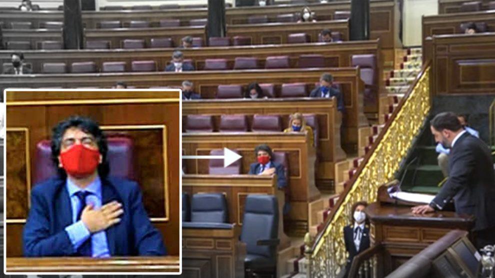 El diputado del PP, Mario Garcés, con la mano en el corazón escuchando a Abascal dar los nombnres de las víctimas de ETA.