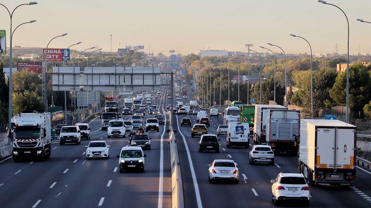 Tráfico en la autovía A-4 con la M-50 a primera hora de la mañana. Foto: EP