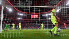 Un jugador del Atlético recoge un balón de la red tras un gol del Bayern. (AFP)