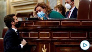 El líder del PP, Pablo Casado (i), conversa con la presidenta de la Cámara, Meritxell Batet, en la segunda y última sesión del debate de moción de censura presentada por Vox, este jueves en el Congreso. Foto: EFE