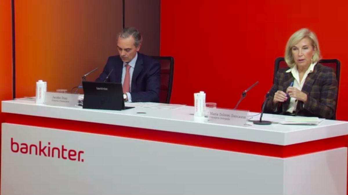 Dolores Dancausa y su director financiero, Jacobo Díaz, durante la presentación de resultados de Bankinter