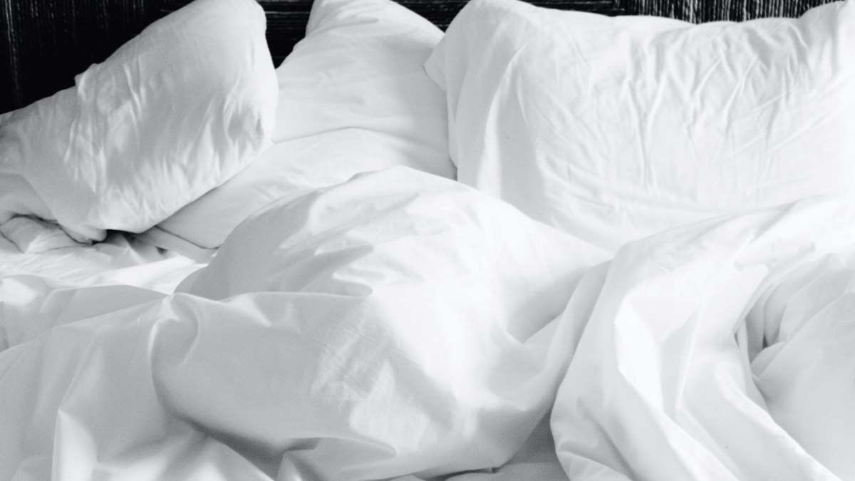 Foto de archivo de una cama de hotel.