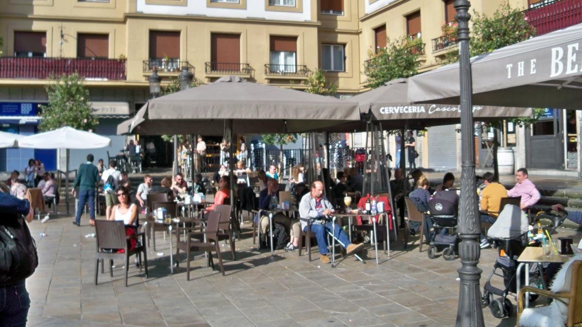 Clientes en terrazas de la Plaza Unamuno de Bilbao. Foto: EP