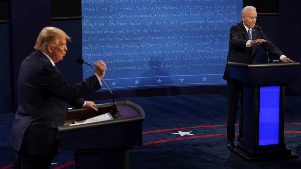 Donald Trump y Joe Biden durante el último debate. Foto: AFP