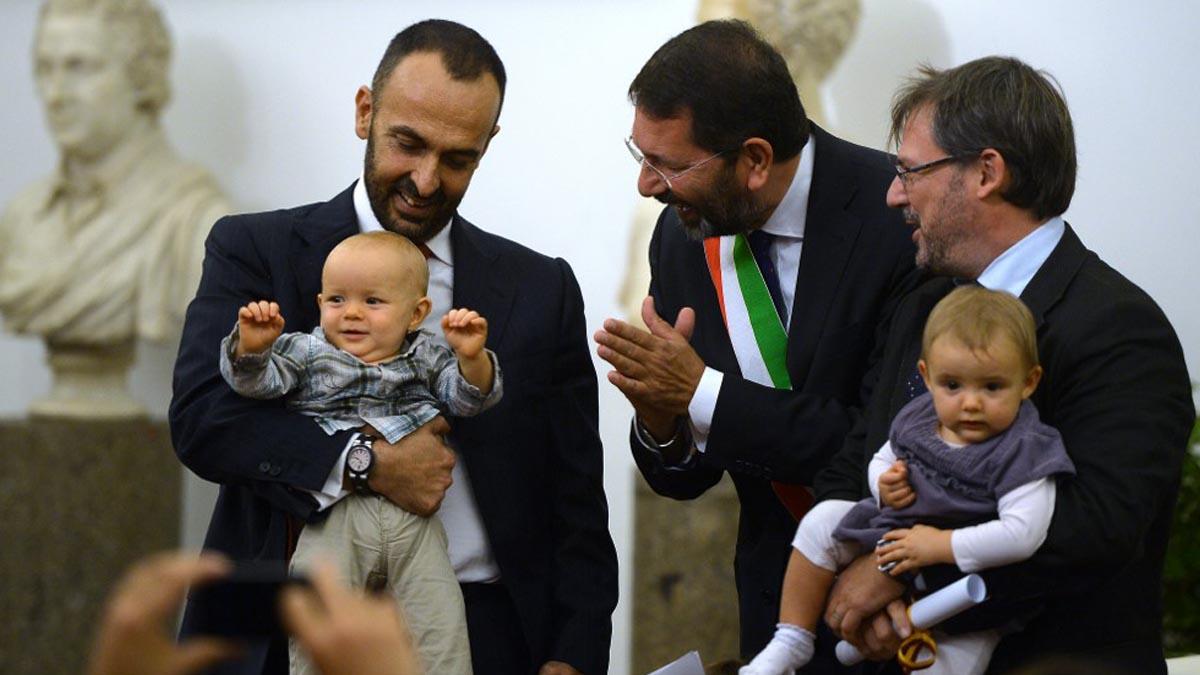 Andrea Rubera, un protagonista del documental del Papa, junto a sus hijos y su pareja Dario De Gregorio después de formalizar su unión civil en 2014. Foto: AFP
