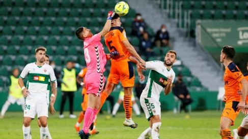 Edgar Badía intenta despejar un balón en el Elche-Valencia. (EFE)