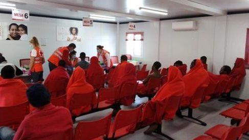Cruz Roja atiende en Almería personas llegadas en patera