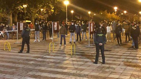 Aspirantes a una plaza en la Guardia Civil esperan para poder entrar al local donde se examinarán.