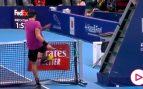 Khachanov se vuelve totalmente loco: patadas a la red y raquetazos a la silla del árbitro