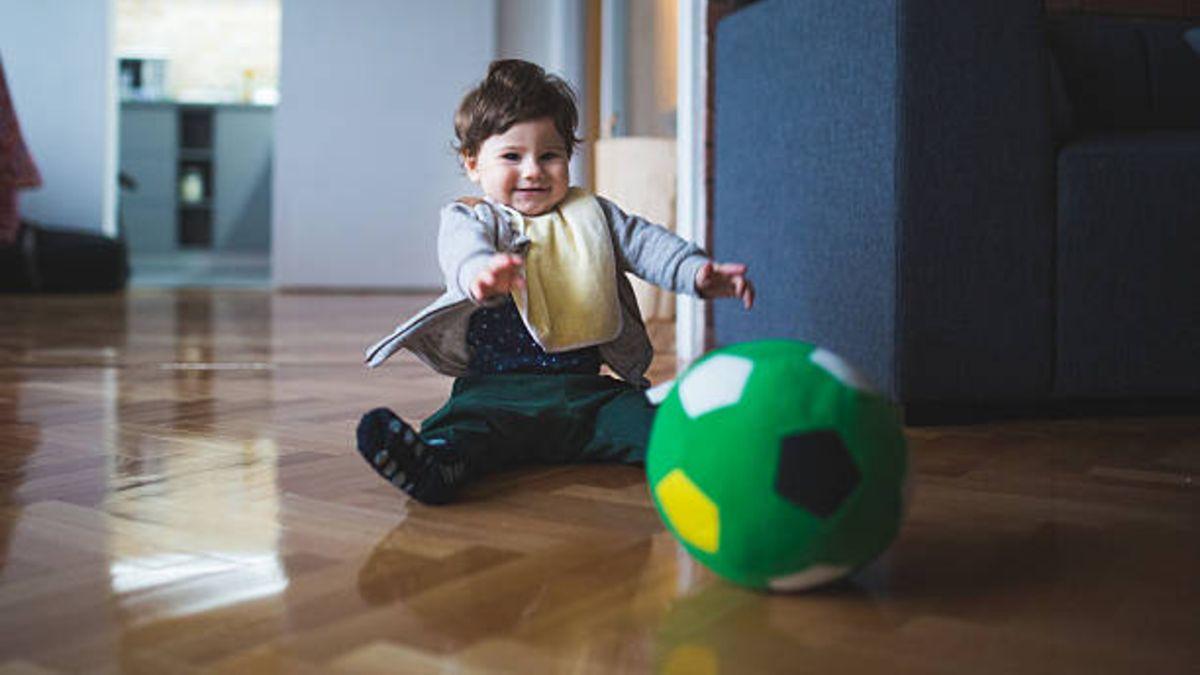 Las causas y cómo conseguir que los bebés dejen de tirar cosas al suelo
