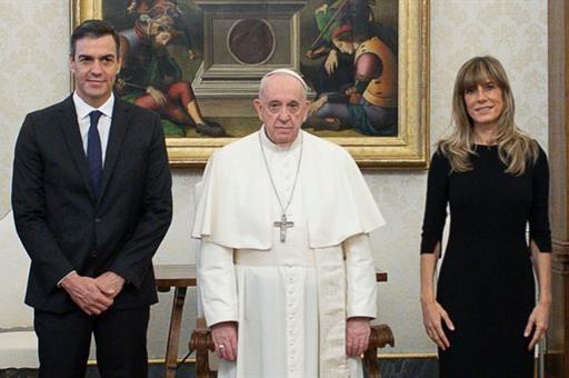 El presidente del Gobierno, Pedro Sánchez, por primera vez con el Papa Francisco, en el Vaticano. (Foto: VATICAN NEWS)