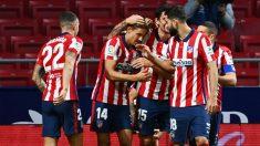 Los jugadores del Atlético de Madrid celebran el gol de Llorente frente al Betis. (AFP)