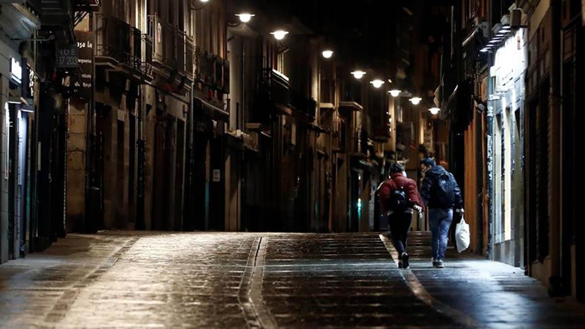 Pamplona desierta en la noche del viernes tras decretarse el confinamiento perometral.