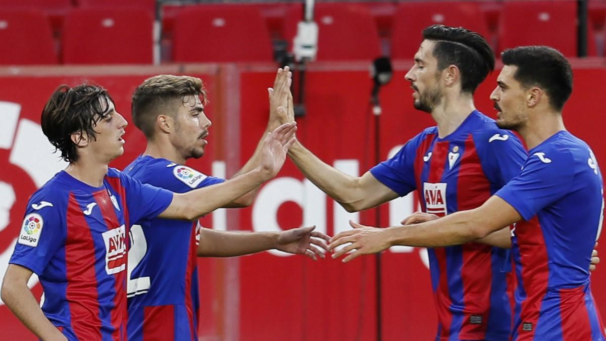 El Eibar celebra un gol ante el Sevilla. (EFE)