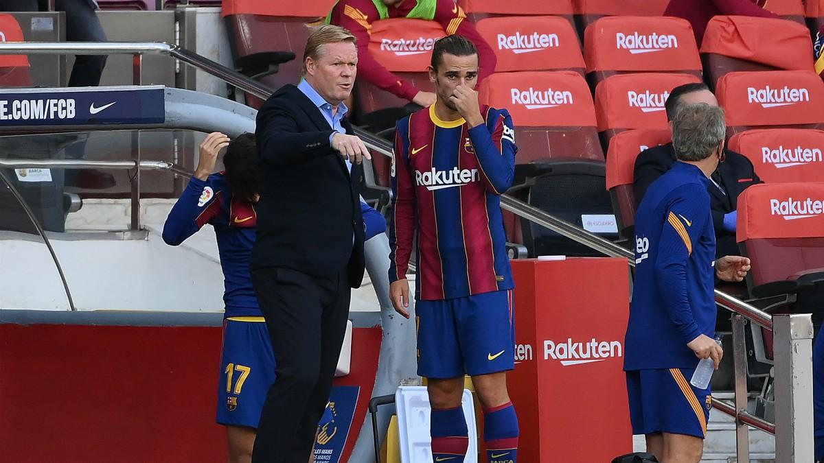 Koeman conversa con Griezmann antes de sacarle al campo. (AFP)