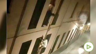 Jóvenes trepan su colegio mayor en Granada y entran por la ventana para sortear el toque de queda.