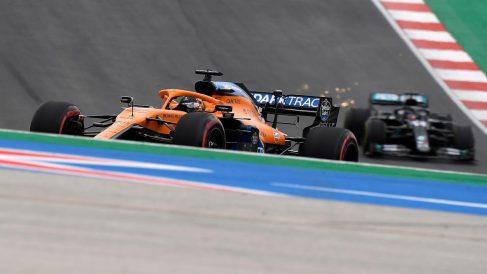 Carlos Sainz por delante de Hamilton durante el Gran Premio de Portugal. (AFP)