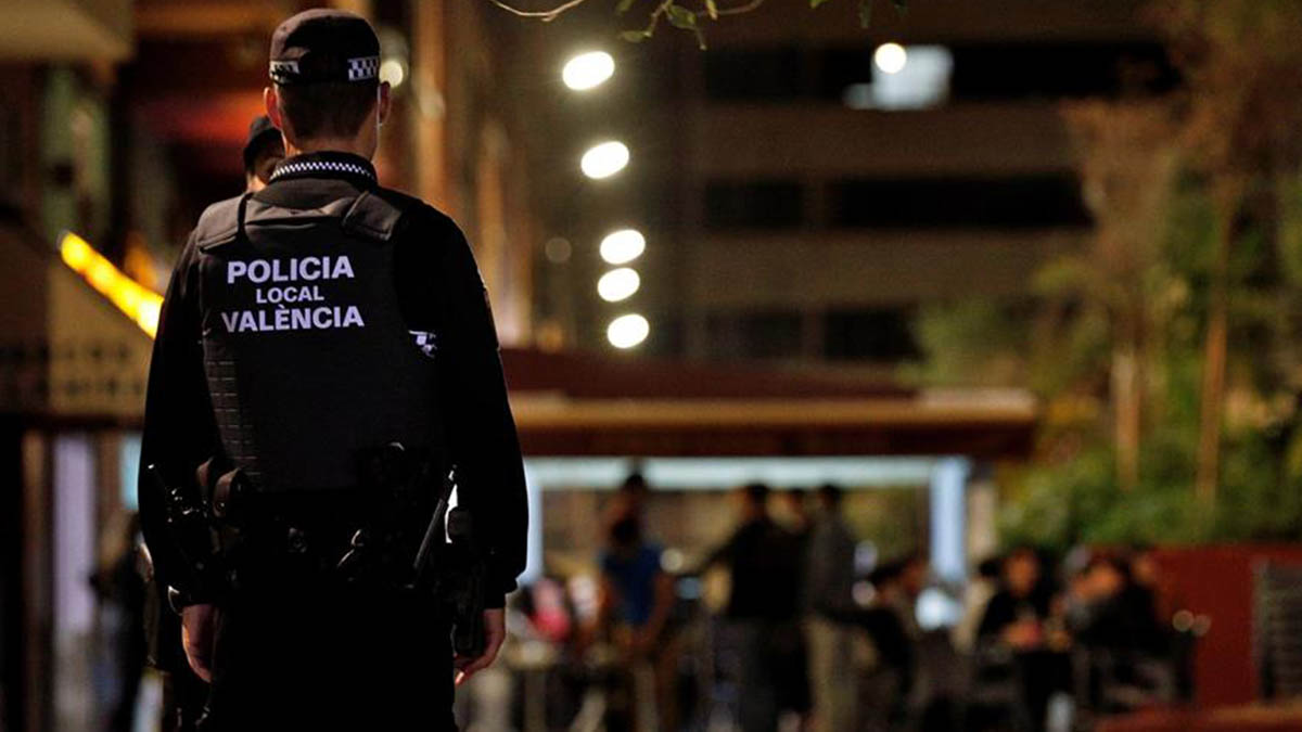 La Policía vigila el cierre de locales en Valencia poco antes de que dé comienzo el toque de queda decretado por la Generalitat.